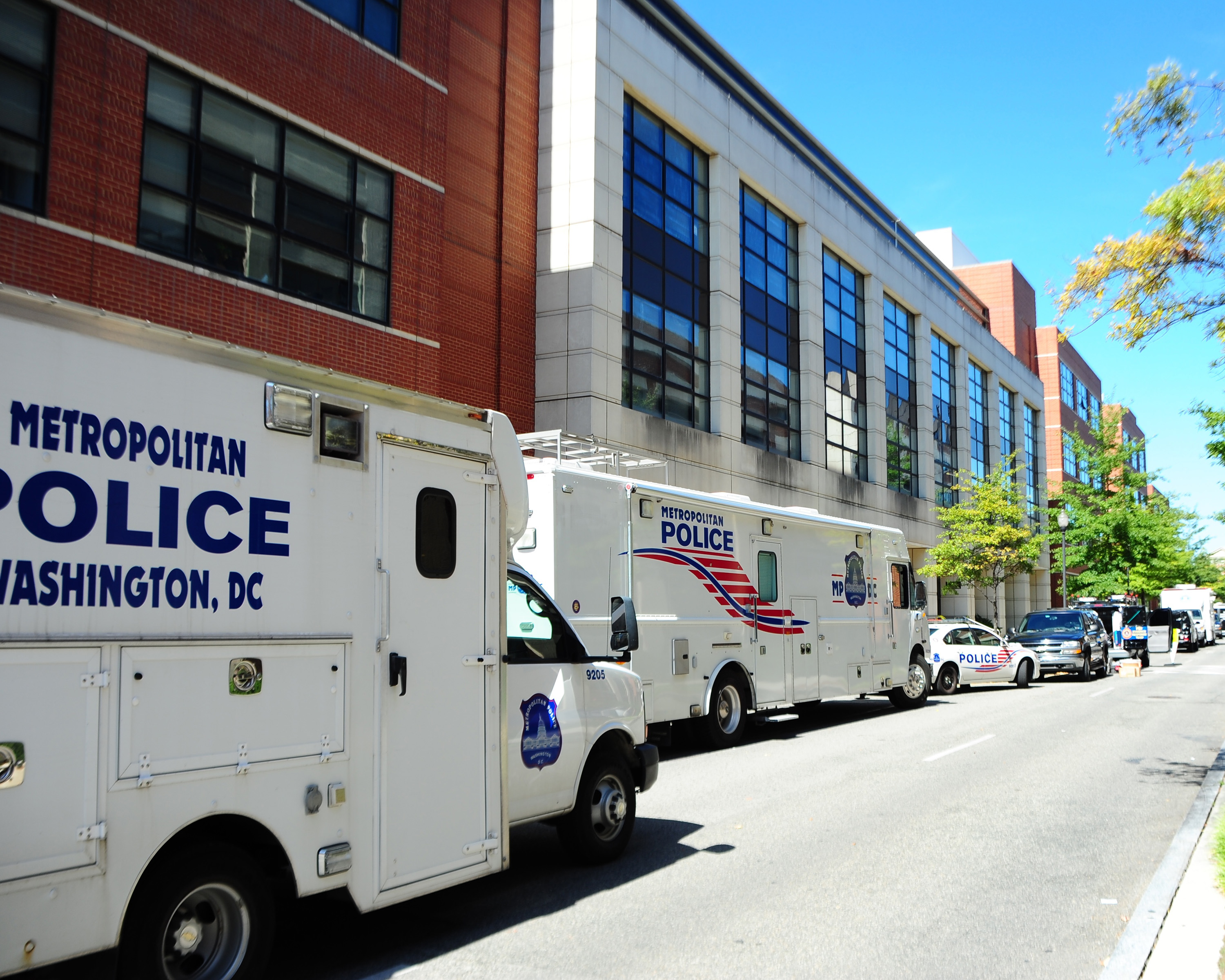 Federal Bureau of Investigation and the Metropolitan Police collect evidence at Building 197 on Sept. 18, 2013. US Navy Photo