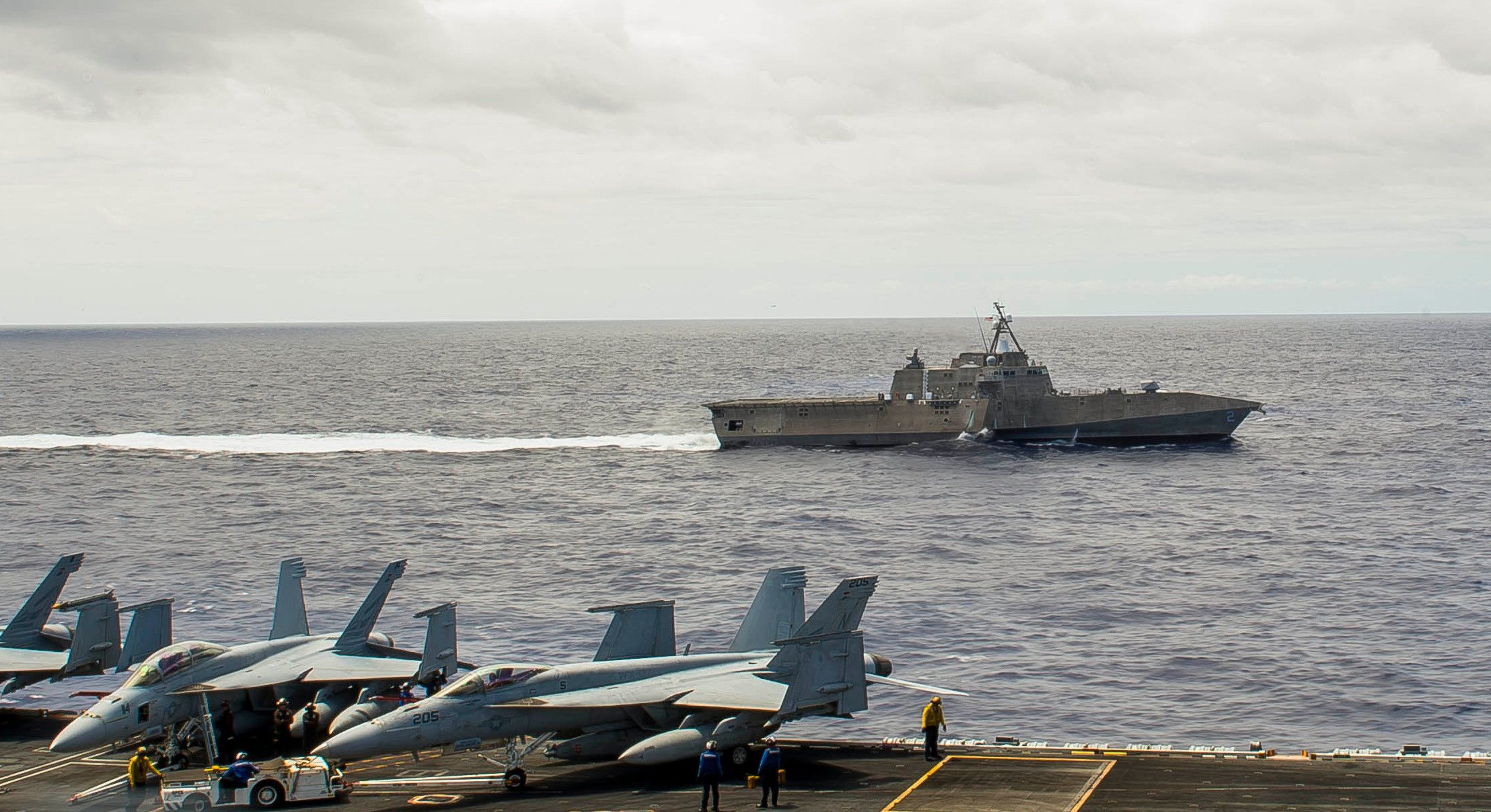 USS Ronald Reagan (CVN-76) and the littoral combat ship USS Independence (LCS-2) conduct maneuvers during Rim of the Pacific (RIMPAC) on July 11, 2014. US Navy Photo