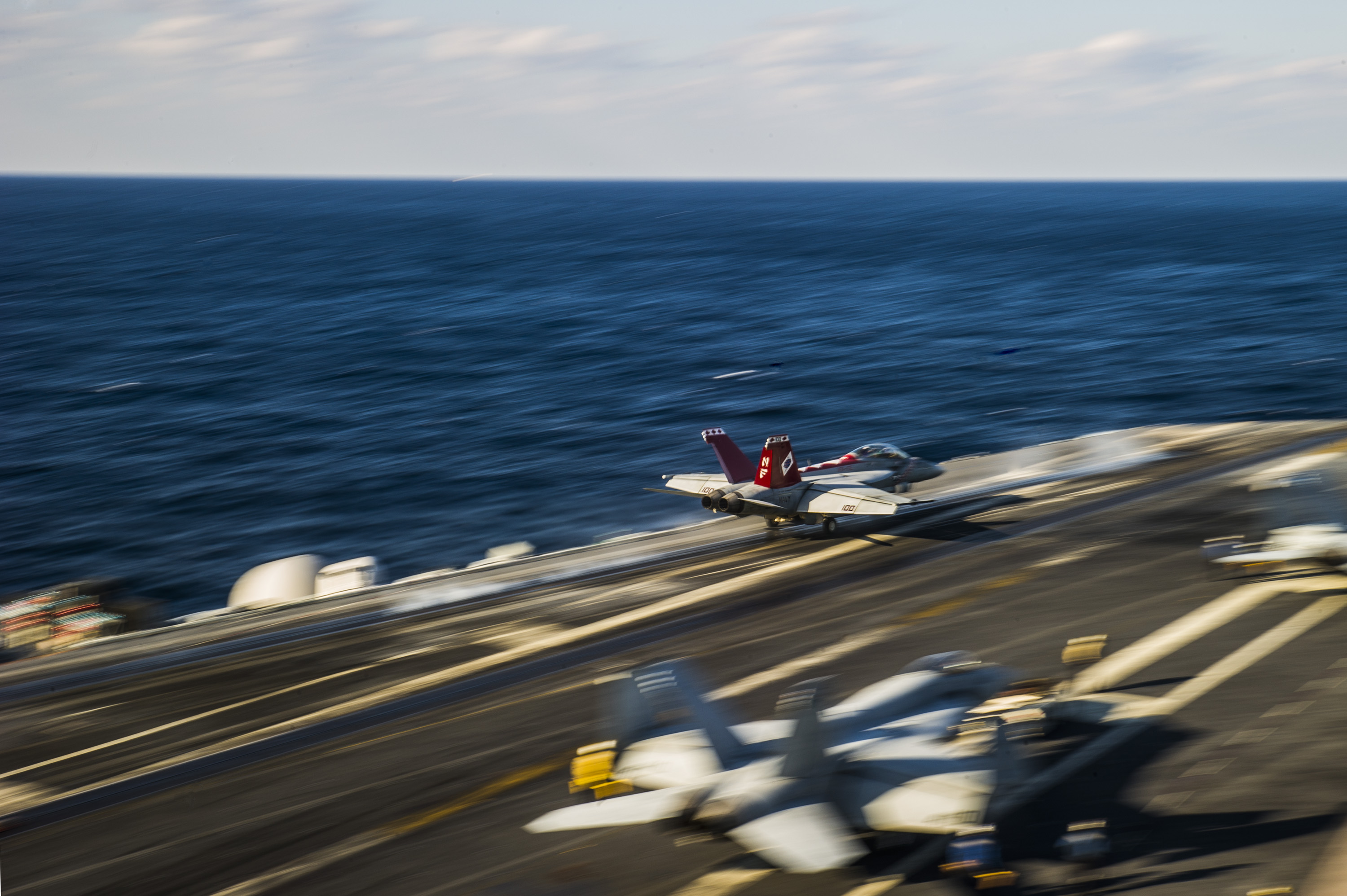 An F / A-18F Super Hornet of Diamondbacks of Strike Fighter Squadron (VFA) 102 launches from the flight deck of the Nimitz-class aircraft carrier USS George Washington (CVN-73).  US Navy Photo