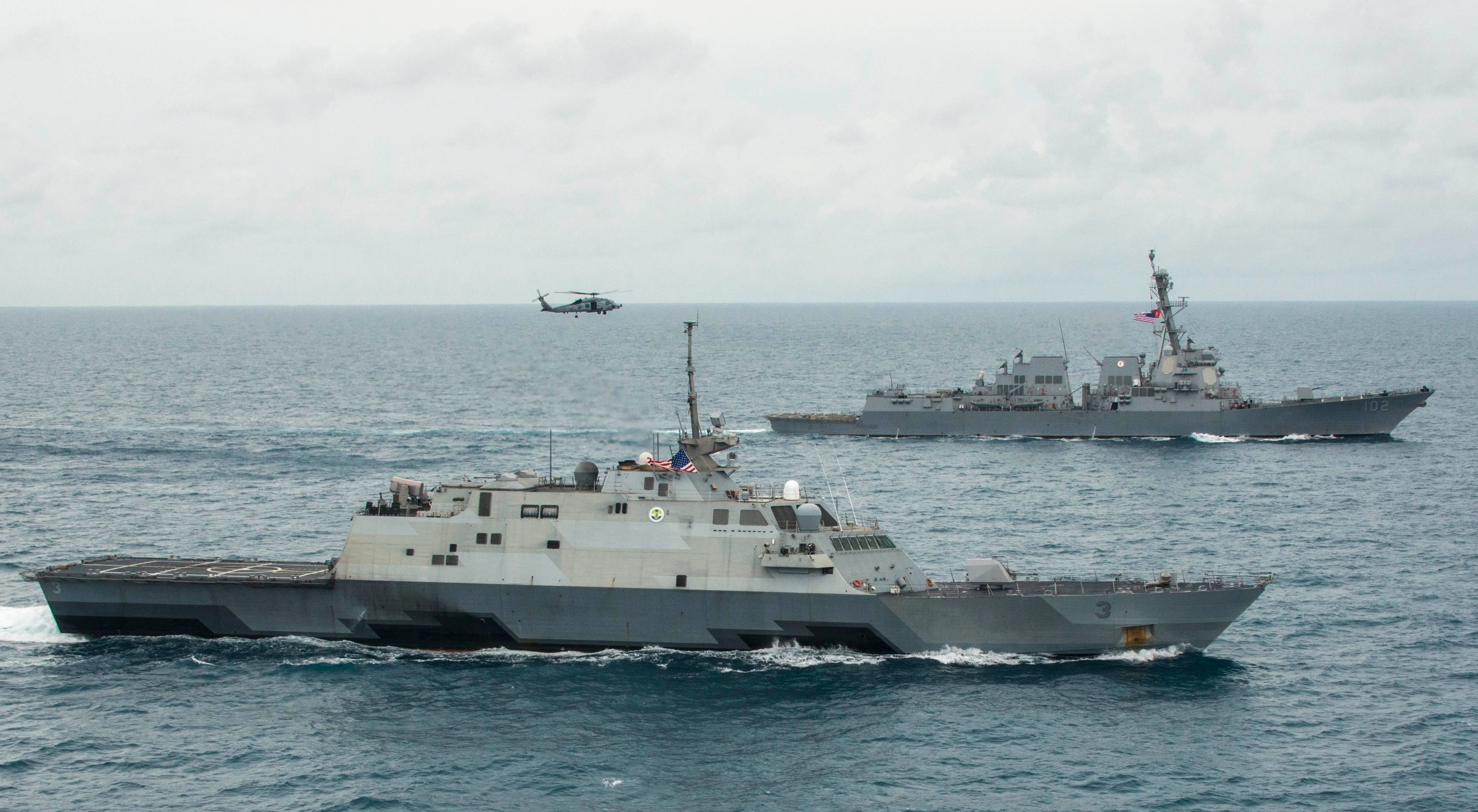 USS Fort Worth (LCS-3), bottom, the guided missile destroyer USS Sampson (DDG-102) in the Java Sea on Jan. 14, 2015. US Navy Photo