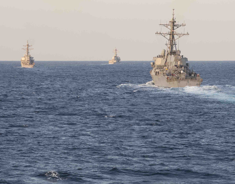 Arleigh Burke clase destructores de misiles guiados USS McFaul (DDG-74), a la derecha, el USS Laboon (DDG-58), a la izquierda y el USS Winston S. Churchill (DDG-81) llevan a cabo un ejercicio de tránsito estrecho simulado el 22 de enero, el año 2015 . Foto Marina de los EE.UU.