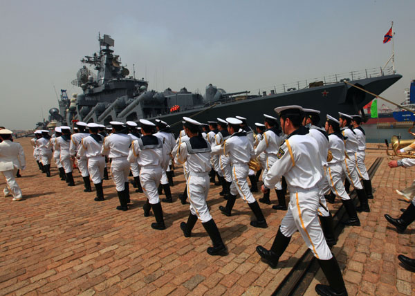 (120427) -- QINGDAO, April 27, 2012 (Xinhua) -- Chinese marines attend the farewell ceremony for Russian navy in Qingdao, east China's Shandong Province, April 27, 2012. The Chinese and Russian navies announced on Friday the conclusion of a six-day joint naval exercise. (Xinhua/Zha Chunming) (zkr)