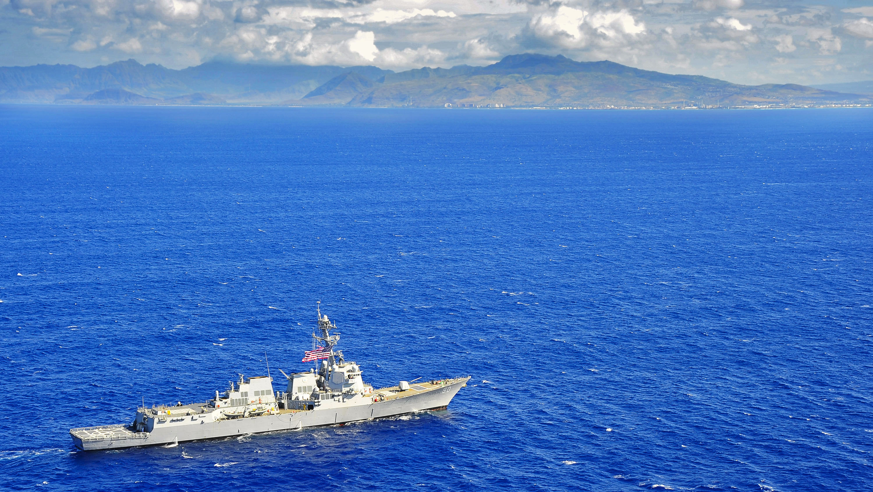 USS Chafee (DDG-90) maneuvers off the coast of Hawaii in 2014. US Navy Photo
