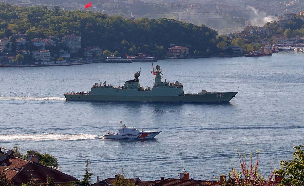 Chinese frigate 547 Linyi passing through Bosphorus on May 4, 2015. Photo by Nurderen Özbek via Bosphorus Naval News