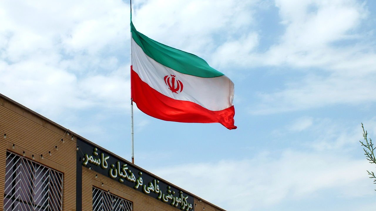 1280px-Farhangian_Educational_and_Welfare_center-_Flag_of_Iran_-_Kashmar_4