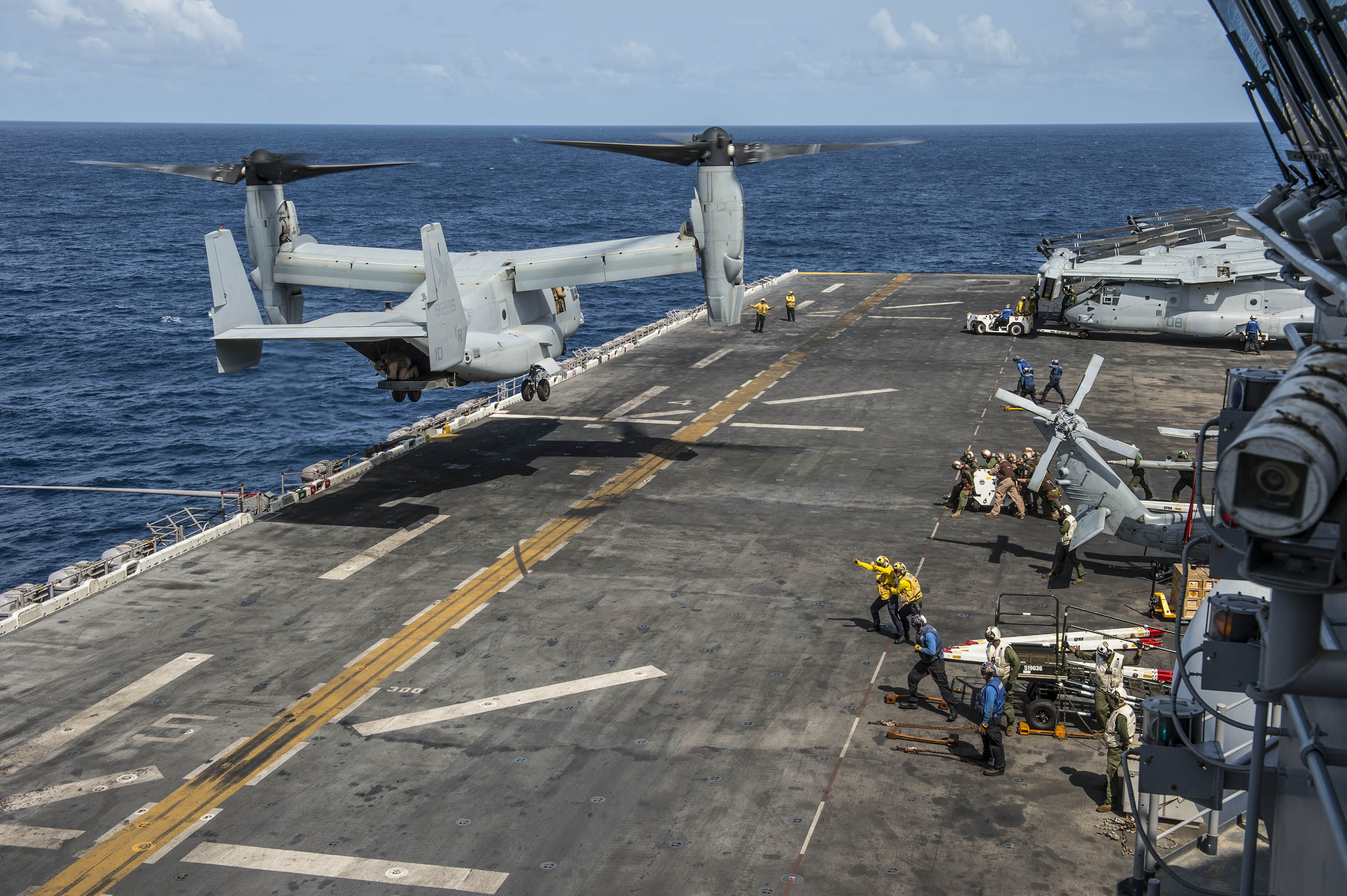 A MV-22B Osprey from the Greyhawks of Marine Medium-lift Tiltrotor Squadron 161 (Reinforced) lands on the flight deck of the Wasp-class amphibious assault ship USS Essex (LHD-2) in 2015. US Navy Photo