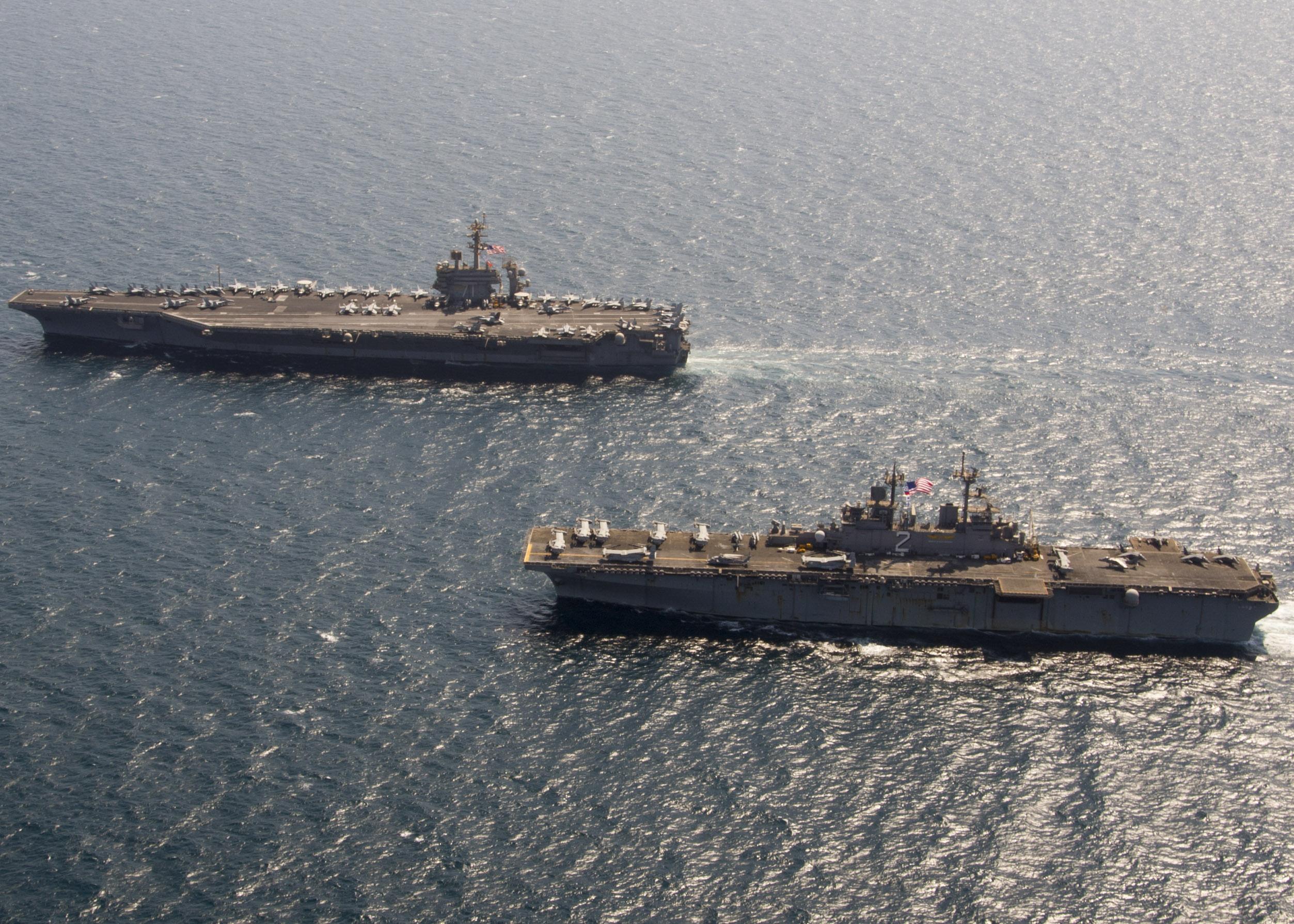 El buque de asalto anfibio de la clase Wasp USS Essex (LHD 2) y el portaaviones USS Theodore Roosevelt (CVN 71), ambos pasó gran parte de 2015 el lanzamiento de aeronaves en apoyo de la Operación Resolver inherente.  Foto de la marina de Estados Unidos.