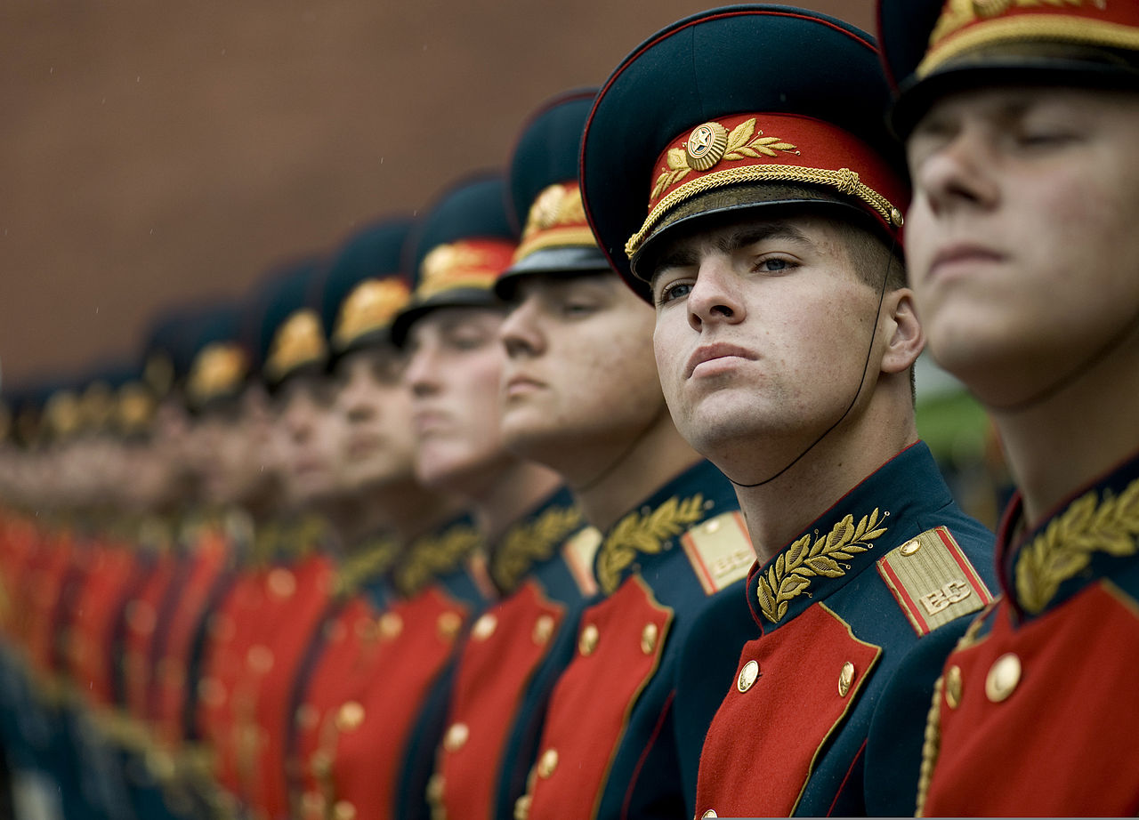 1280px-Russian_honor_guard_at_Tomb_of_the_Unknown_Soldier,_Alexander_Garden_welcomes_Michael_G._Mullen_2009-06-26_2