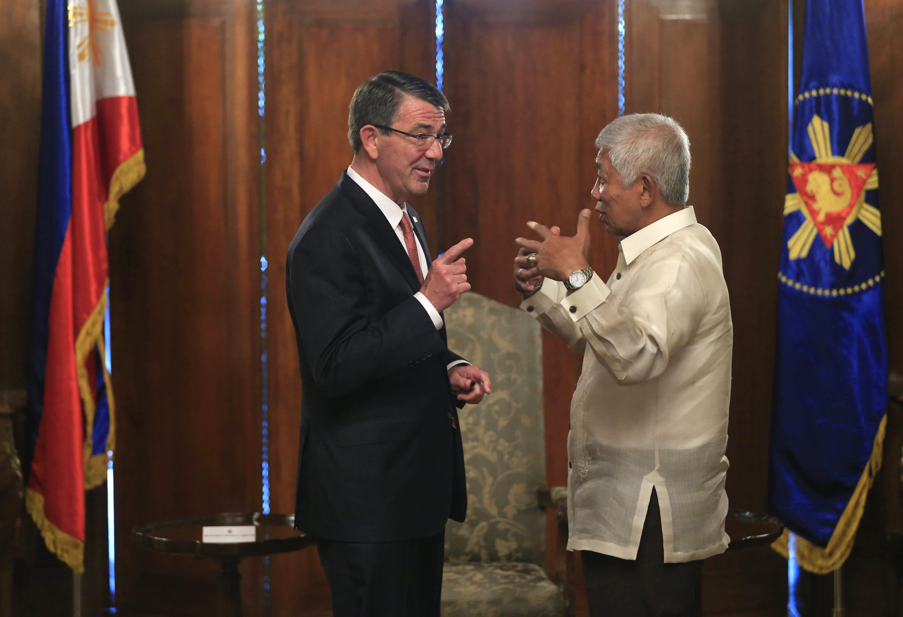 U.S. Defense Secretary Ash Carter, left, gestures as he talks with his Philippine counterpart Voltaire Gazmin. DoD Photo