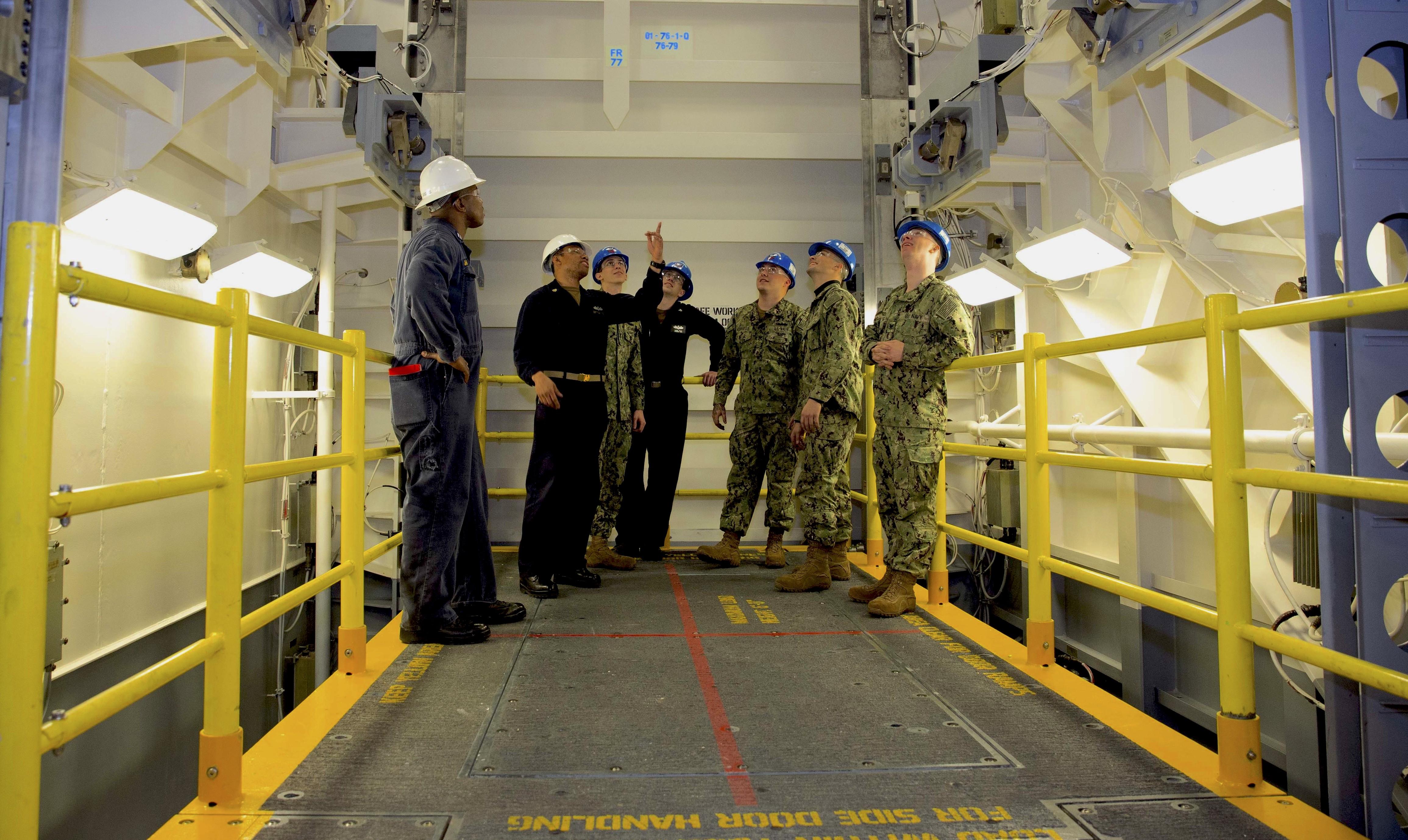 Os marinheiros revisam os procedimentos de segurança para as armas avançadas do Estágio 1 Superior a bordo do USS Gearld R. Ford (CVN-78).