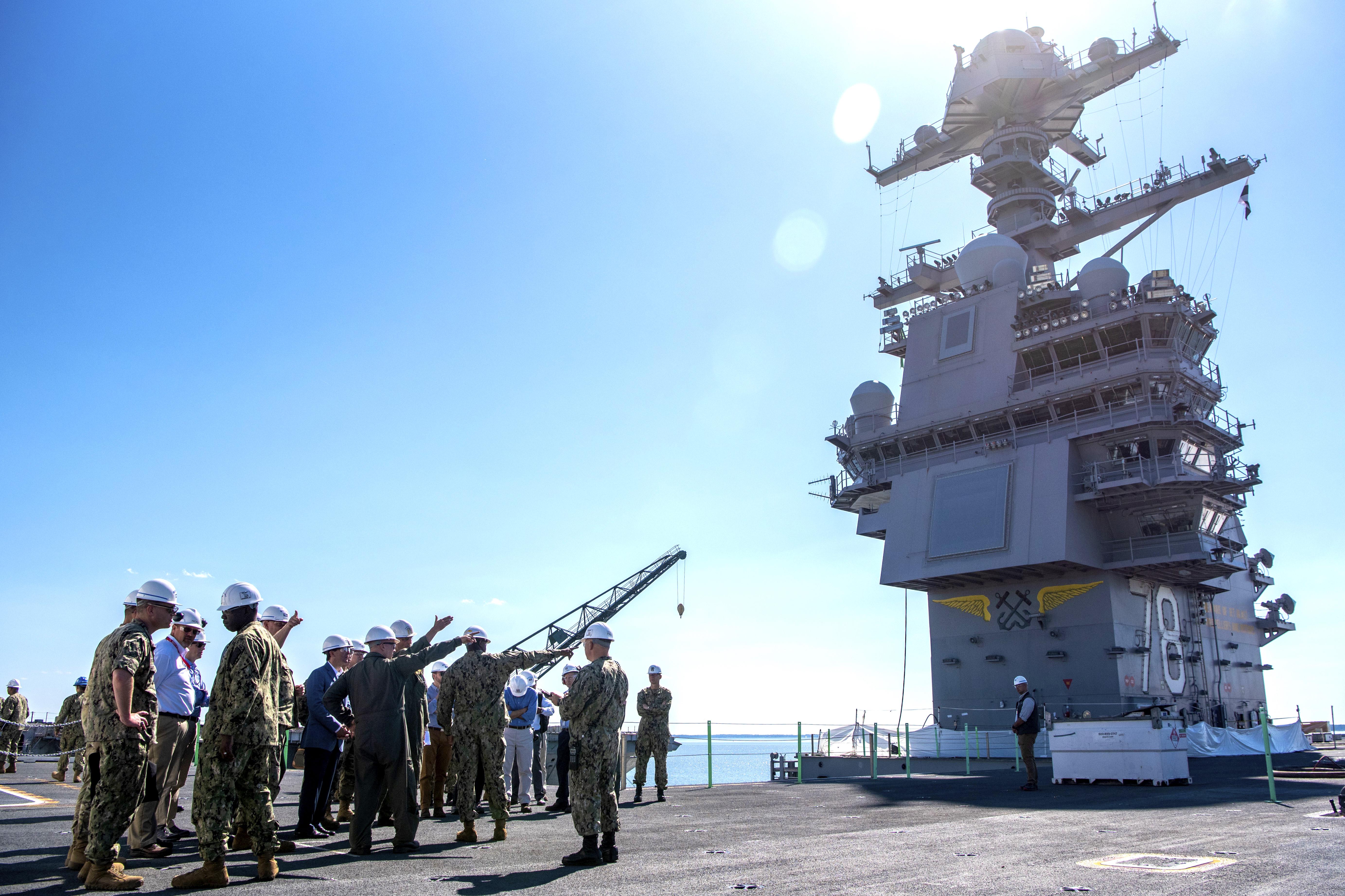 O secretário de Defesa Mark Esper visita o USS Gerald Ford em 25 de setembro de 2019.